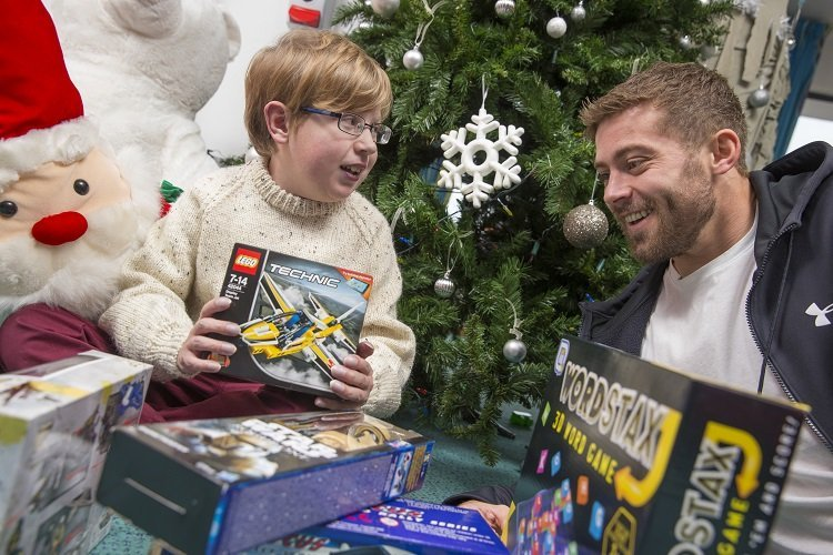 Leigh Halfpenny delivers toys for Christmas